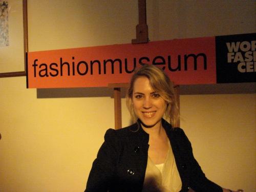 Zeer gemaakte glimlach van oor tot oor in de barre omstandigheden bij het Fashion Museum