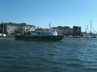 Met veredelt jacht verkas ik naar St. Tropez. Het is 'seen and be seen' onder de toeristen op het dek