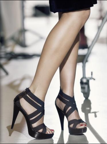 eliZe is 'het gezicht' van schoenenmerk Cafe Moda, hier staat ze model met een van haar favorieten de ze ook droeg tijdens de lancering in de Supperclub in Amsterdam