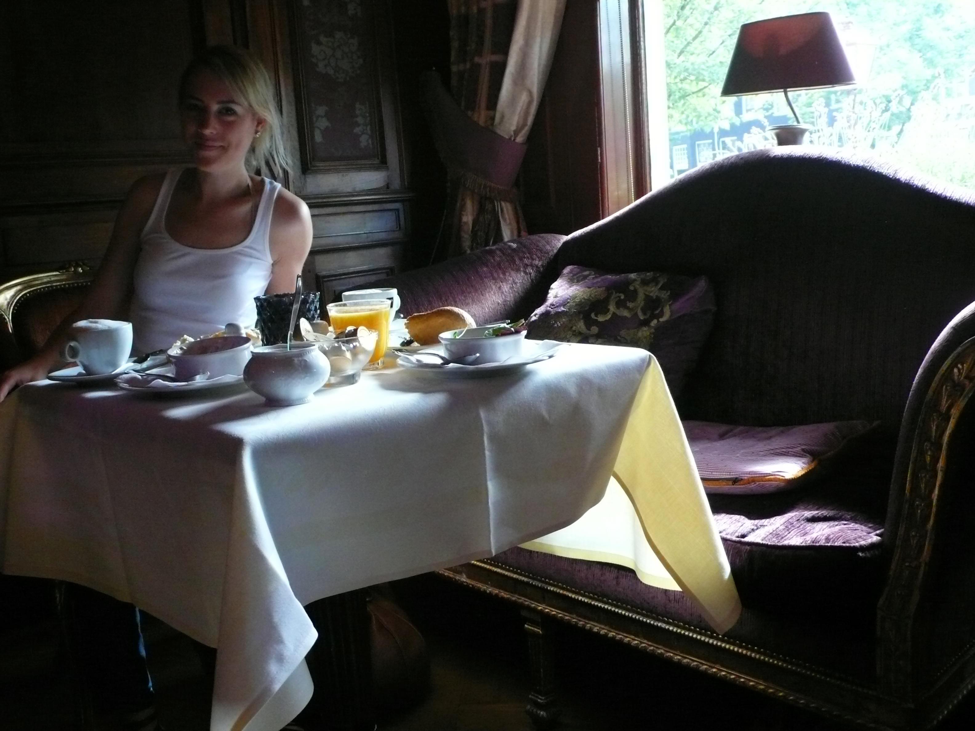 's Ochtends aan het ontbijt. 'Laat die tonijnsalade maar komen!'